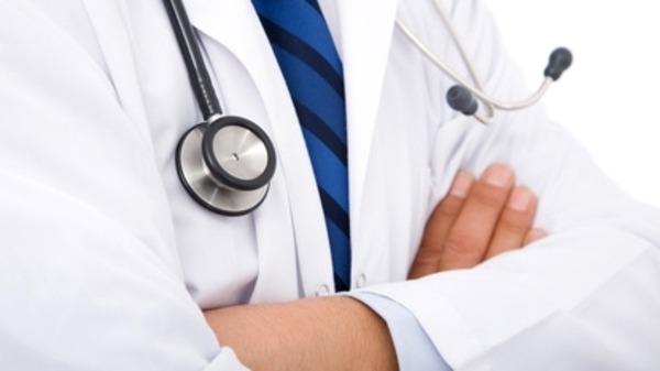 طبيب شهير يعطل سفر طفل مريض للخارج ويتمسك بإجراء العملية رغم أنه أجرها مرتين دون نجاح