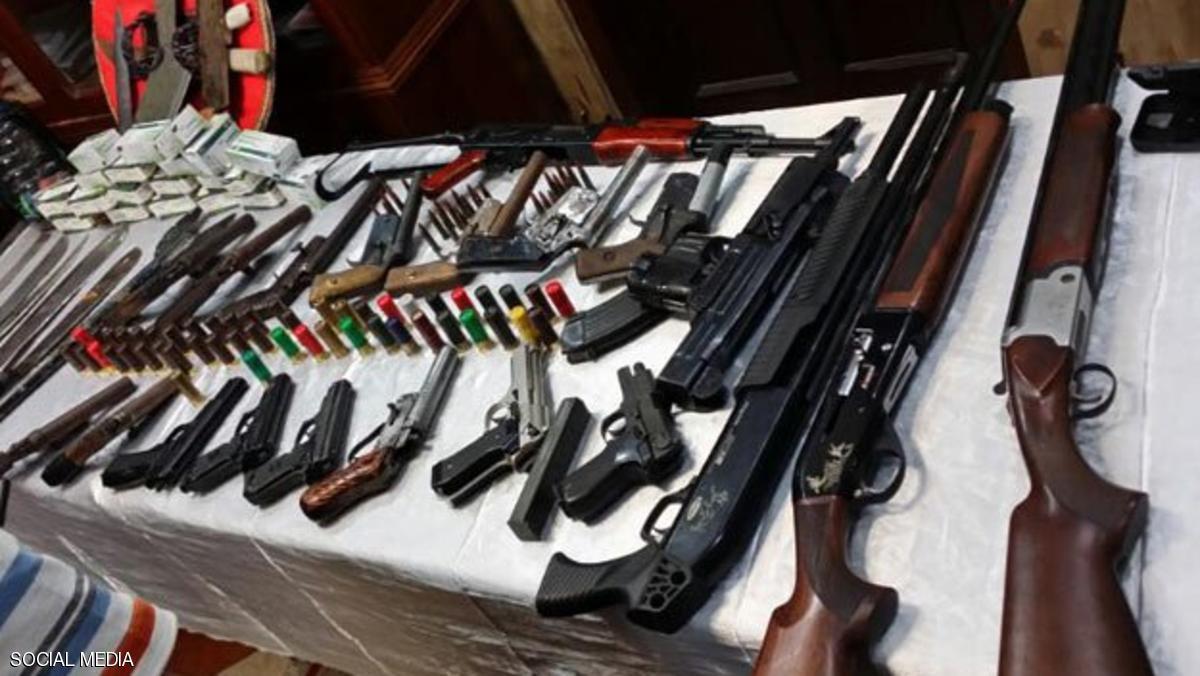 استجواب أجنبي متهم بالانتماء إلى جماعات إرهابية والاتجار بالأسلحة