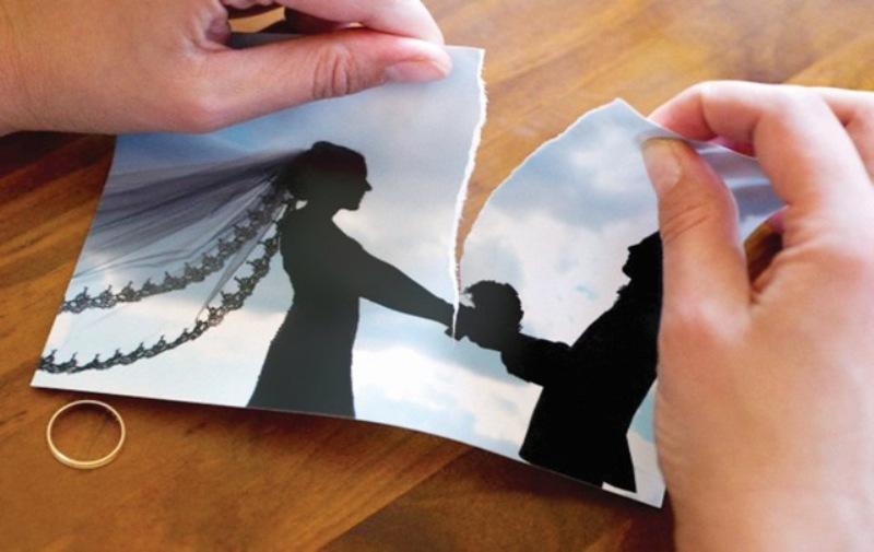 امرأة تطلب الطلاق لاعتناق زوجها للمسيحية