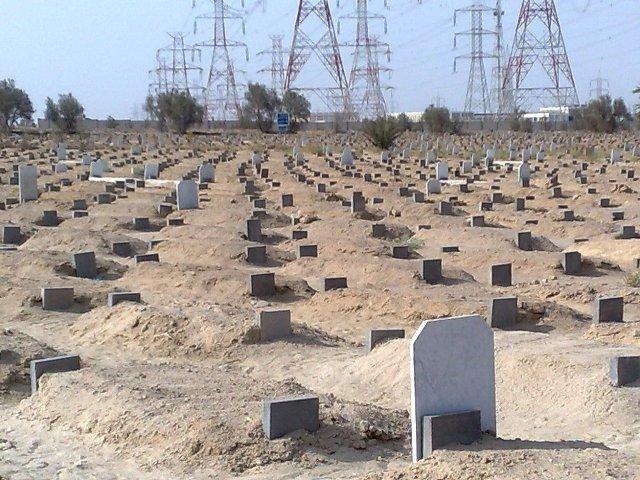 شاب يقوم بنزغ أغطية ضريح بمقابر حلة حمد