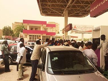 """القبض على سودانية تقود سيارة """"مظللة"""" بداخلها أجنبي بملابس """"خادشة"""" داخل """"طلمبة"""" بالخرطوم"""