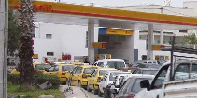وزير أسبق: استيراد (50) ألف سيارة وراء أزمة الوقود