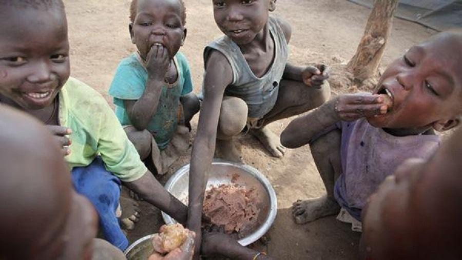 بالفيديو: الجوع يبعد أطفال سودانيين عن مدارسهم ومعلم يعيدهم بتوفير الوجبات من منزله
