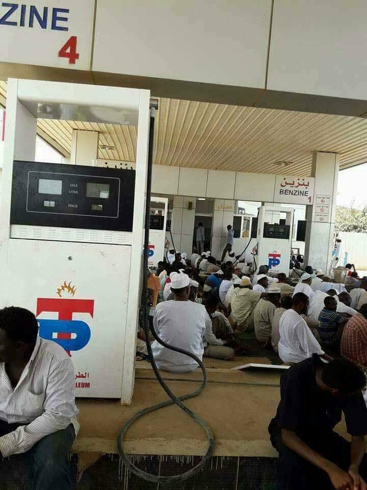مواطنون ببحري يؤدون صلاة الجمعة أمام المخابز و طلمبات الوقود