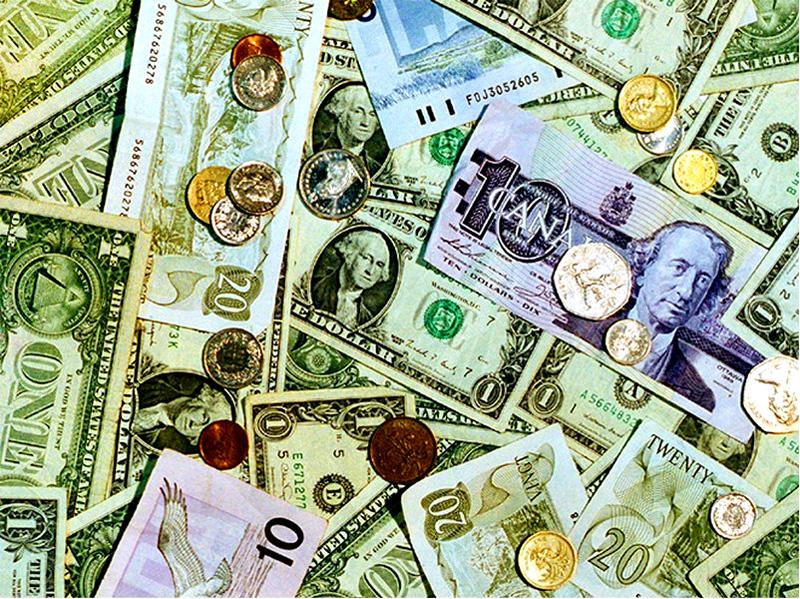 تجار العملة يحجمون عن الشراء بعد مطاردات السلطات لهم