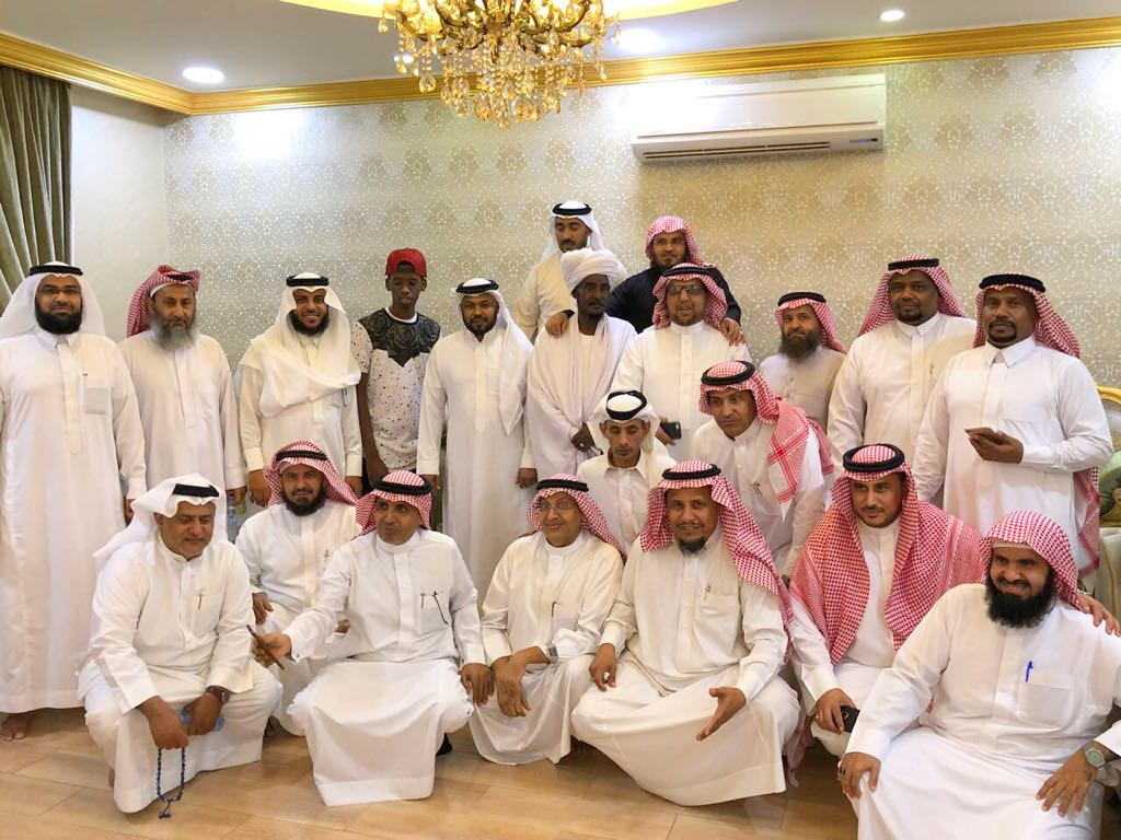بالصور: في لفتة رائعة سعوديون يكرمون معلمهم السوداني بعد فراق 38 عاماً