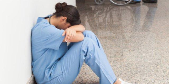 """مدير مستشفى شهير بـ""""الخرطوم"""" يعاقب إختصاصية مختبرات بتنظيف البنشات"""