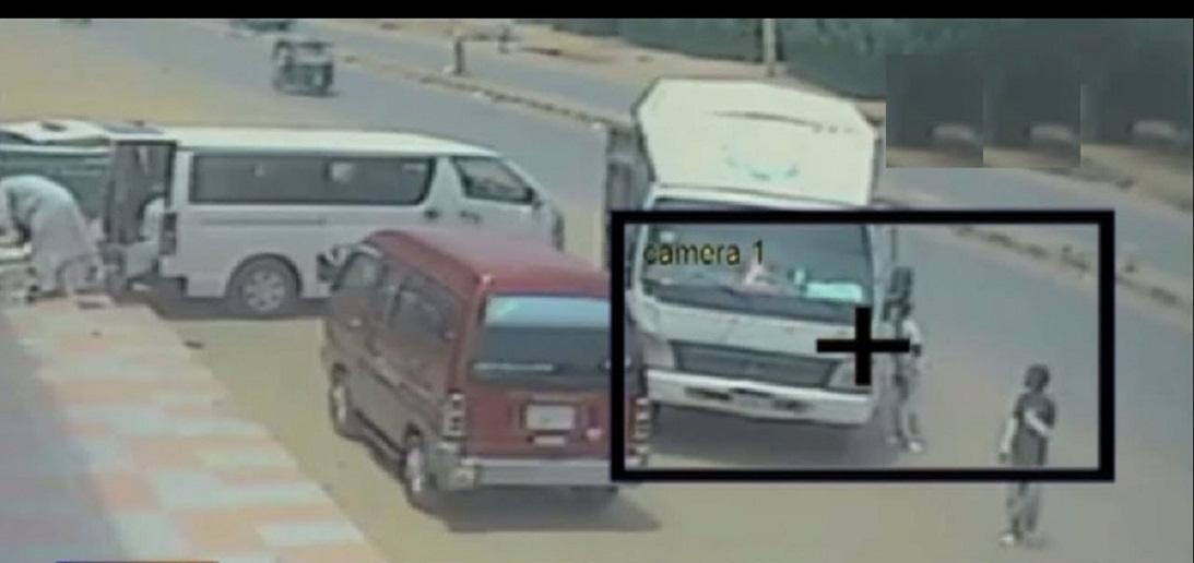 بالفيديو : كاميرات المراقبة تضبط لصين قاما بسرقة 30 ألف جنيهاً من دفار بالشارع العام بأمبدة