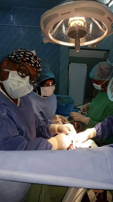 بالصورة : مستشفى الشعب بالخرطوم يجري عملية جراحية مستعجلة مُعقدة عالية الخطورة