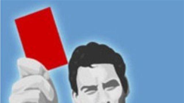 حكم يتعرض لاعتداء عنيف من ثلاثة لاعبين بسنار