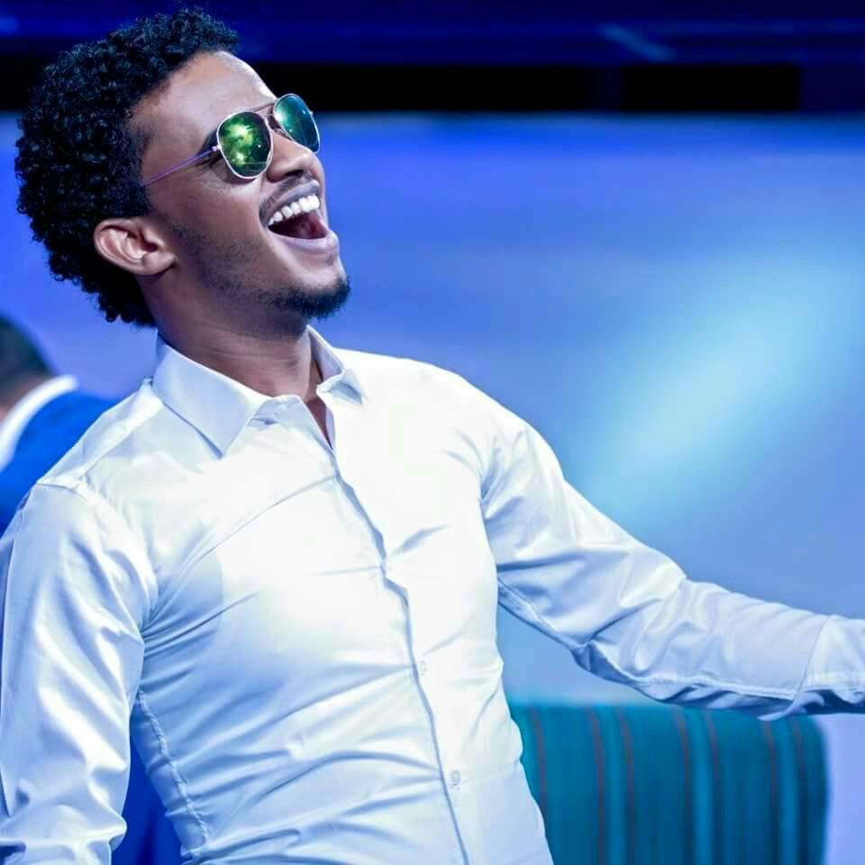 بالفيديو : تجول ورقص حسين الصادق في شوارع العاصمة الأثيوبية (أديس أبابا) يثير جدلاً  واستنكاراً في مواقع التواصل