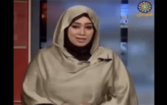 """بالفيديو.. يا للفضيحة..قناة الـ BBC تعلن تضامنها مع مذيعة سودانية هاجمتها """"ذبابة"""" أثناء تقديمها لنشرة الأخبار"""