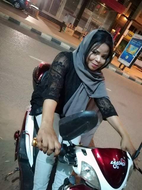 زكية .. حكاية أول فتاة تقود (موتوسيكل) في شوارع الخرطوم