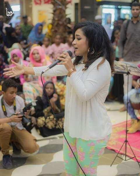 """بالفيديو.. الفنانة منى مجدي ترقص على أنغام """"حبيبي أسمى المعاني"""" بملابسها الفاضحة و""""بنطالها"""" المثير للجدل"""
