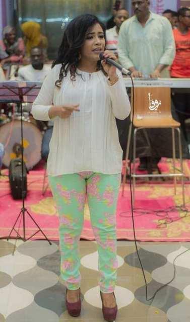 بالصور..الفنانة منى مجدي تغني بملابس مثيرة وشفافة وتضع نفسها في مرمى النيران