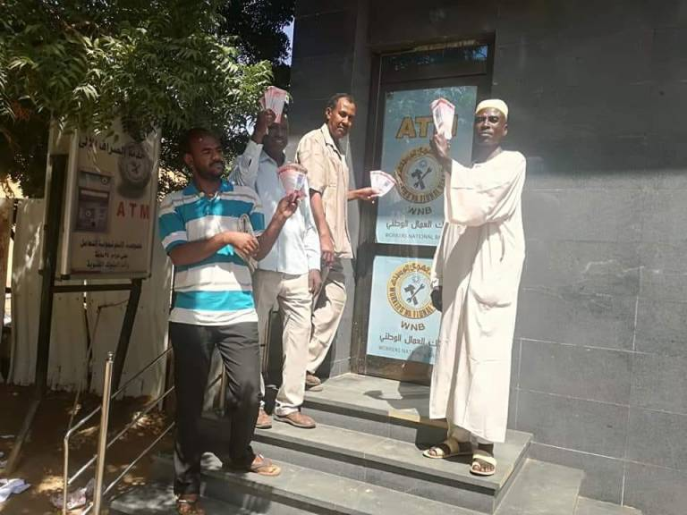 بالصورة.. شاهد ردة فعل السودانيون بعد استردادهم لأموالهم من الصرافات الآلية