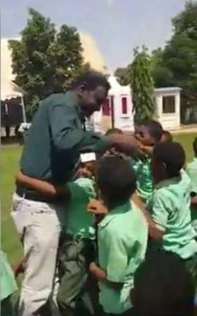 """بالفيديو.. أطفال سودانيون يتقاتلون على عناق واحتضان معلمهم """"المحبوب"""" الذي غاب عنهم لفترة"""