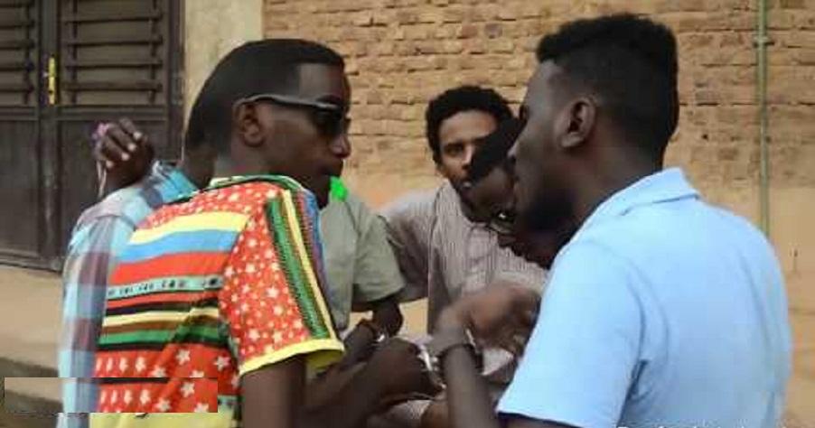 بالفيديو: أشقاء يعتدون على صديقهم الذي تربطه علاقة بشقيقتهم ودفنه بعد اكتشاف خيانته
