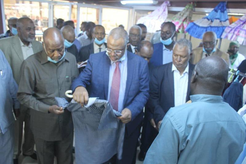 رئيس مجلس الوزراء يقف على أداء مصنع كفاية للملابس الجاهزة