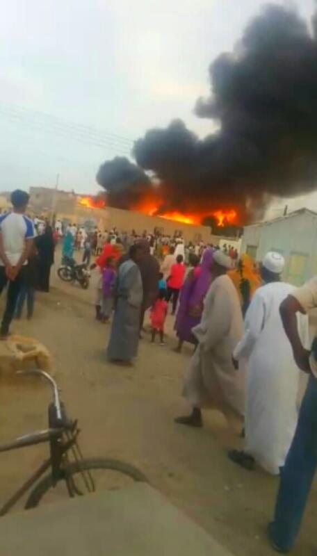 """بالصور: حريق هائل يلتهم عدة منازل بحي """"سلبونا"""" ببورتسودان ويتسبب في خسائر مادية فادحة"""