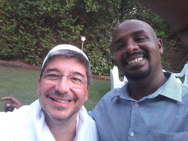 """بالفيديو.. السفير الإيطالي بالخرطوم يقود """"ركشة"""" ويتحدث اللهجة السودانية"""