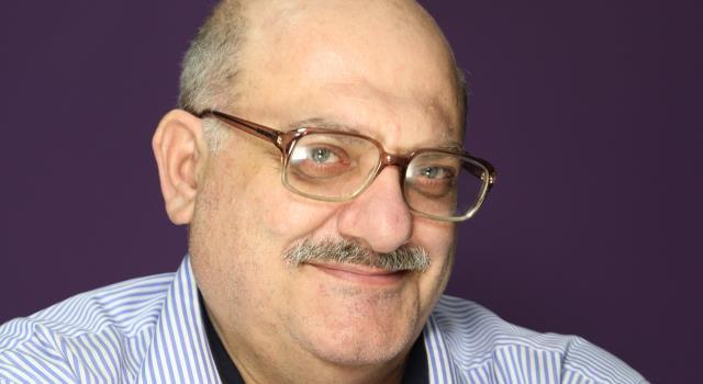 بالفيديو .. شاعر فلسطيني يتغزل ببنات السودان بقصيدة على قناة الجزيرة