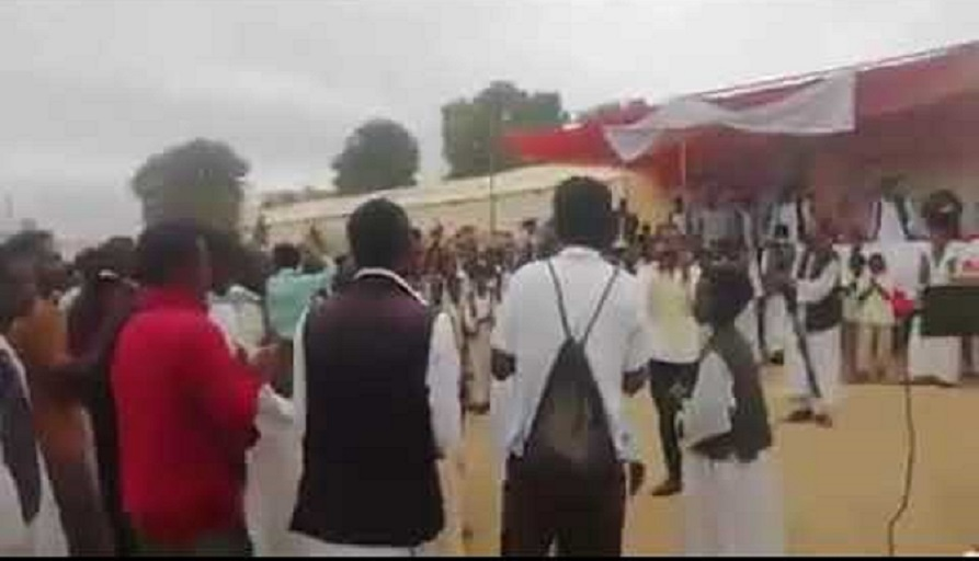 بالفيديو : احتفالية منسوبة (للبجا) تردد شعارات المتظاهرين في ساحة عامة