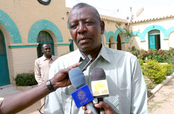 والي وسط دارفور يُهدِّد بطرد المنظمات المخالِفة