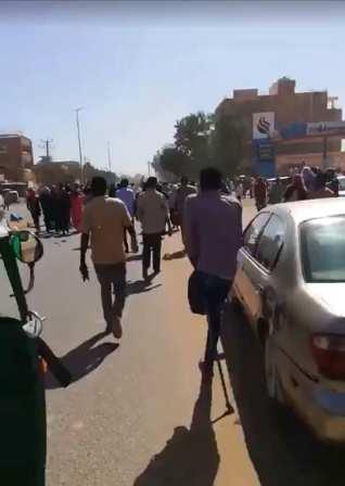 بالفيديو .. شاب لم تمنعه إعاقته من الخروج السلمي في مظاهرات أمدرمان