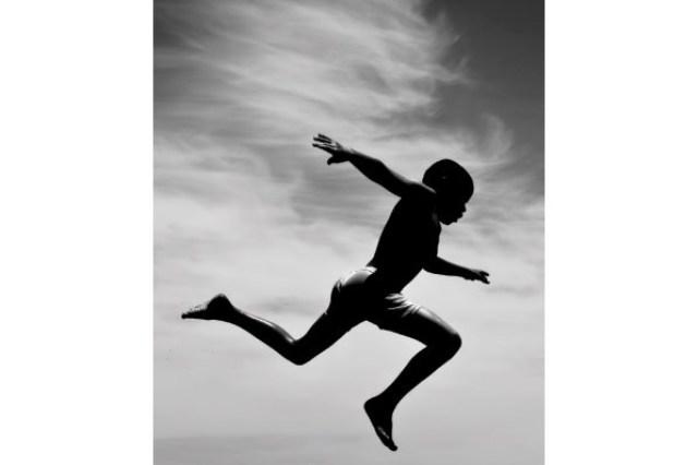 """على طريقة أفلام """"الأكشن"""" طفل سوداني """"يقفز"""" من الشارع إلى داخل المنزل خوفاً من سيارات الأمن"""