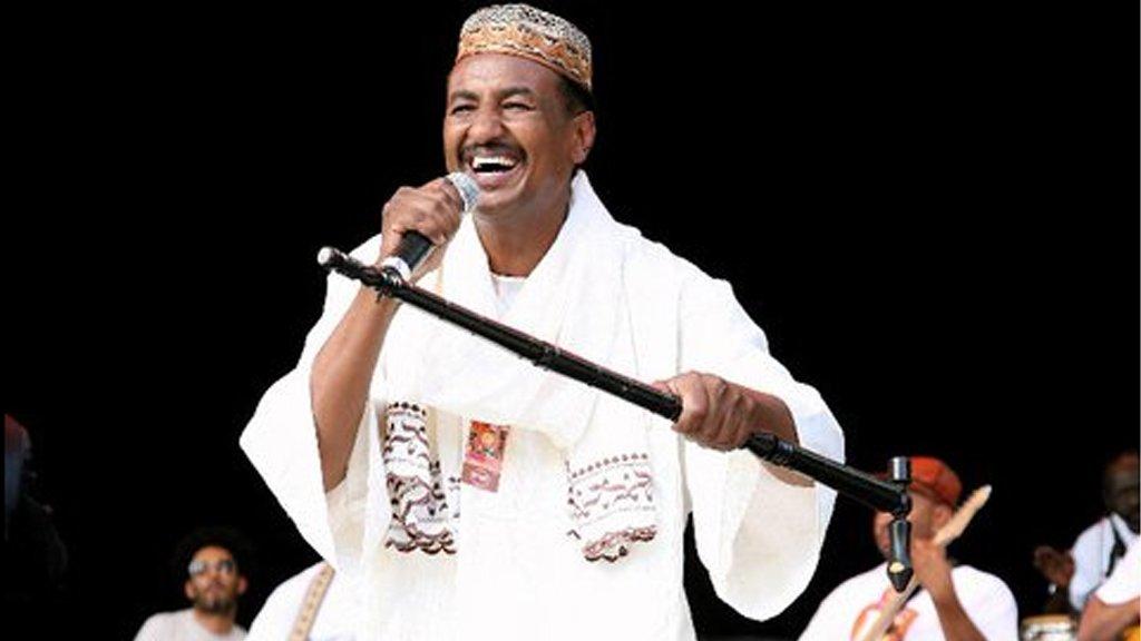 بالفيديو :عضو فرقة عقد الجلاد السابق يحول حفل سوداني بواشنطون إلى تظاهرة وطنية
