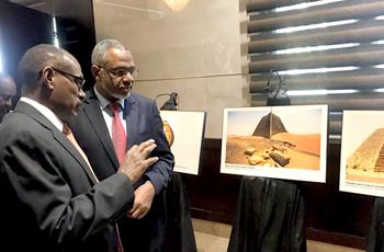 """رئيس الوزراء يُدشن معرض ملكة كوش """"أماني شاخيتو"""" بالخرطوم"""