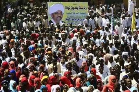 أهل دارفور يُفاجئون العالم باستقبال حاشد للرئيس السوداني، والبشير يقول إن المظاهرات لن تسقط الحكومة