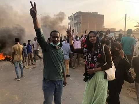 تجدد المظاهرات في بعض أحياء السودان عقب انخفاض وتيرتها ، وسط مشاركة مشاهير