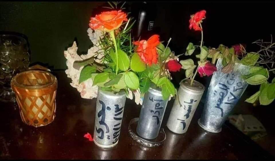 """بالصورة : في رمزية مُعبرة، شباب سودانيون يحولون عبوات """"البُمبان"""" الفارغة إلى فازات زهور"""