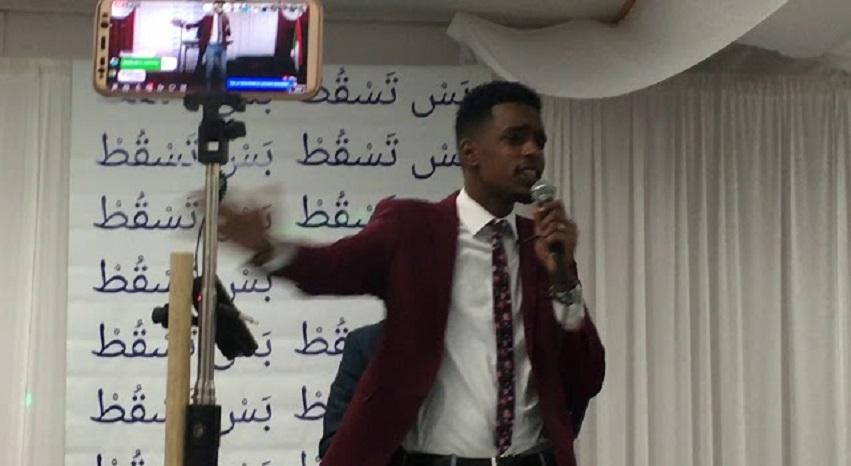 بالفيديو : الفحيل يصدح بأغنية (عزة في هواك) وشعار المحتجين يملأ خلفية حفله بأمريكا
