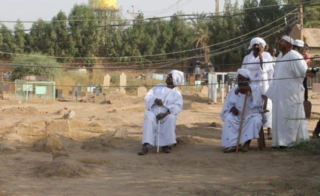 """صورة """"محمد ميرغني"""" في المقابر تشعل المواقع"""