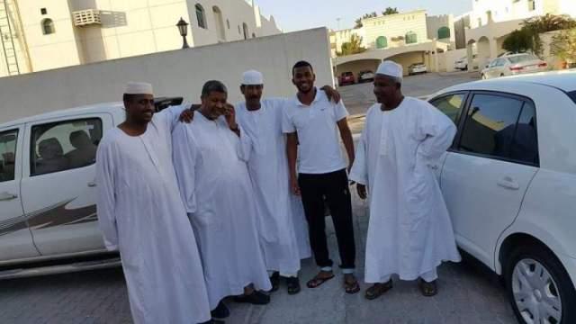 """بالصورة.. لاعب منتخب قطر """"السوداني"""" يظهر مع والده وأفراد أسرته وهم يرتدون الزي القومي السوداني"""