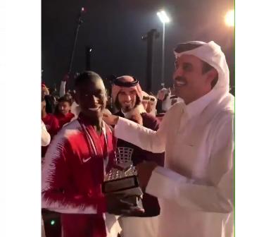 """بالفيديو.. أمير قطر """"تميم"""" للاعب السوداني المعز : (الزول صار هداف آسيا)"""
