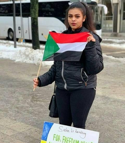 بالصورة.. حسناء سودانية بأوروبا تلهب حماس المتظاهرين ومطالبات باستقبالها بمطار الخرطوم