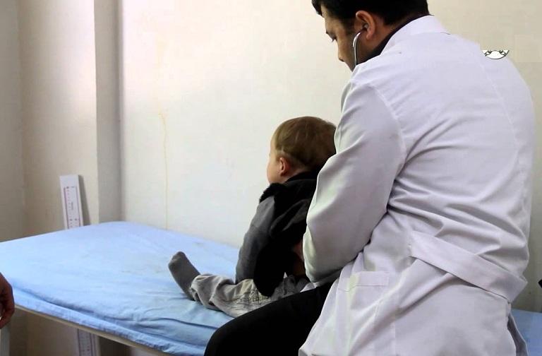 بالفيديو : طبيب أطفال سوداني يحذر الأطباء من ارتداء اللون الأبيض