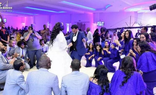 """بالفيديو.. شاهد الزواج الأسطوري الذي لم يشهد السودان مثله..تم تصويره بأحدث الأجهزة و النجمة """"لوشي"""" من ضمن """"الشباين"""""""