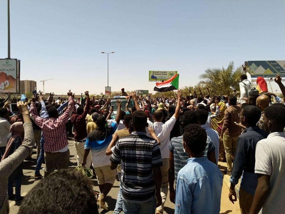 ثوار يجهشون بالبكاء أثناء استماعهم لرائعة مصطفى سيد أحمد (عم عبدالرحيم)