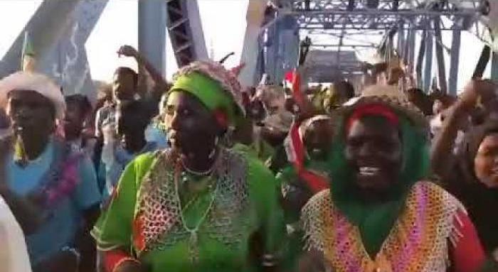 بالفيديو : ثوار من جنوب السودان يهزون مشاعر المعتصمين بهتافات عودة الجنوب