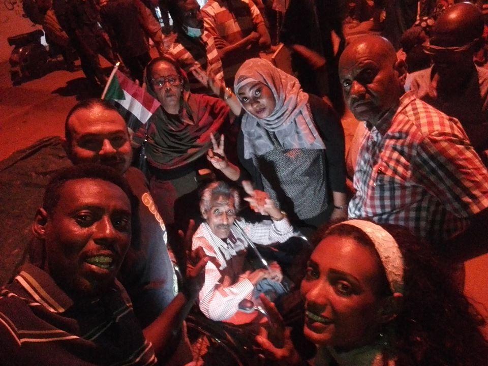 شاهد بالصور :بعد إسدال الستار على مسرحية (الترابي البشير) .. الدراميون السودانيون يحتلون مسرح الاعتصام بالقيادة العامة