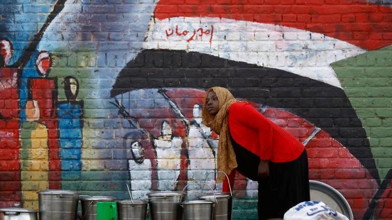 """قناة امريكية: """"العسكري السوداني"""" يمحو وجوه الحرية من غرافيتي الثورة"""
