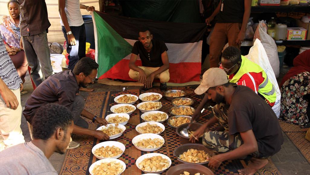 من يُموّل إفطار المعتصمين في ميدان القيادة بالسودان؟