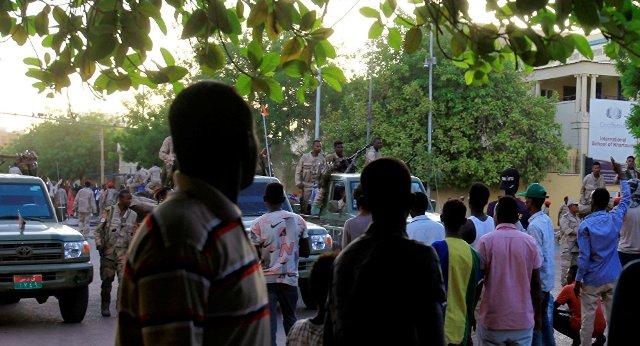 السودان: العسكري والثوار… رهان على الوقت