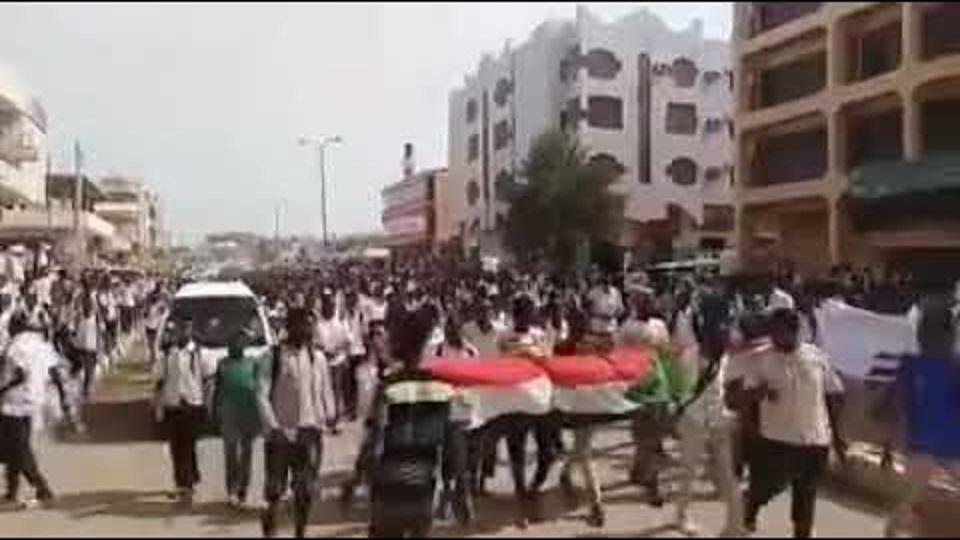 بالفيديو : طلاب الثانويات بالجزيرة يشعلون الشوارع بهتافات الثورة ويجددون زخم الاحتجاجات