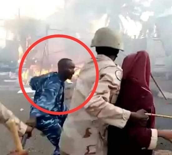 بالصورة: شاب يطلب يد فتاة ظهرت في فيديو متداول أثناء فض الإعتصام والهدايا تنهال عليه